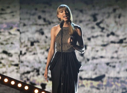 "Taylor Swift performs ""Highway Don't Care"" at the 48th ACM Awards in Las Vegas, April 7, 2013."