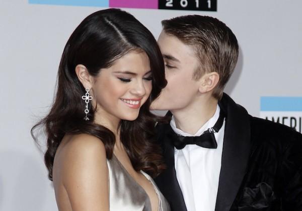 Justin Bieber kisses Selena Gomez