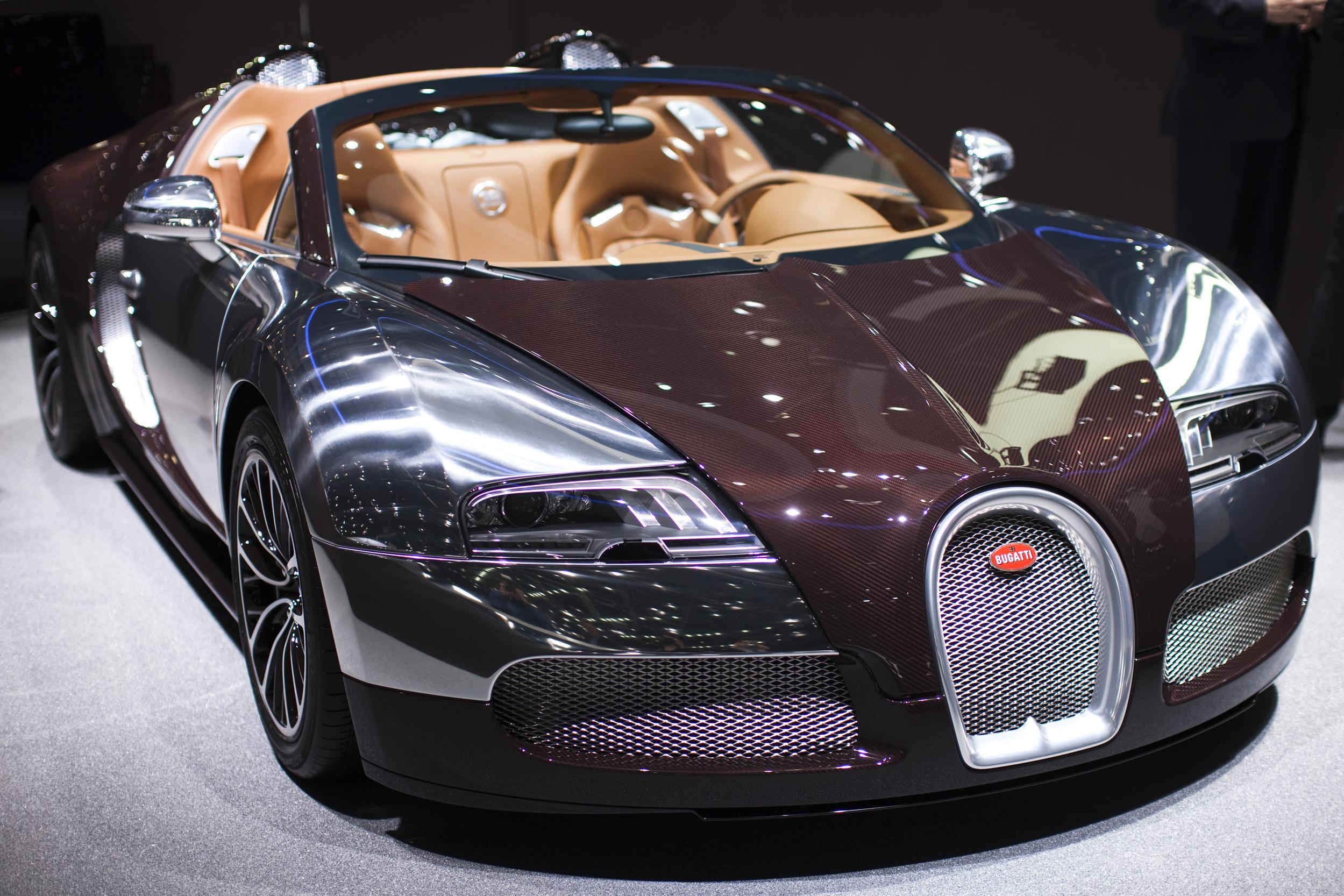 gold bugatti photos video flo rida wraps 17 million car in gold - Bugatti 2016 Gold