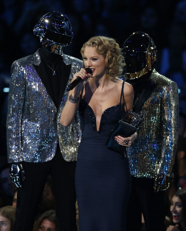 "Taylor Swift accepts the award for best female video for ""I Knew You Were Trouble"" as presenters Daft Punk stand on stage during the 2013 MTV Video Music Awards in New York August 25, 2013."