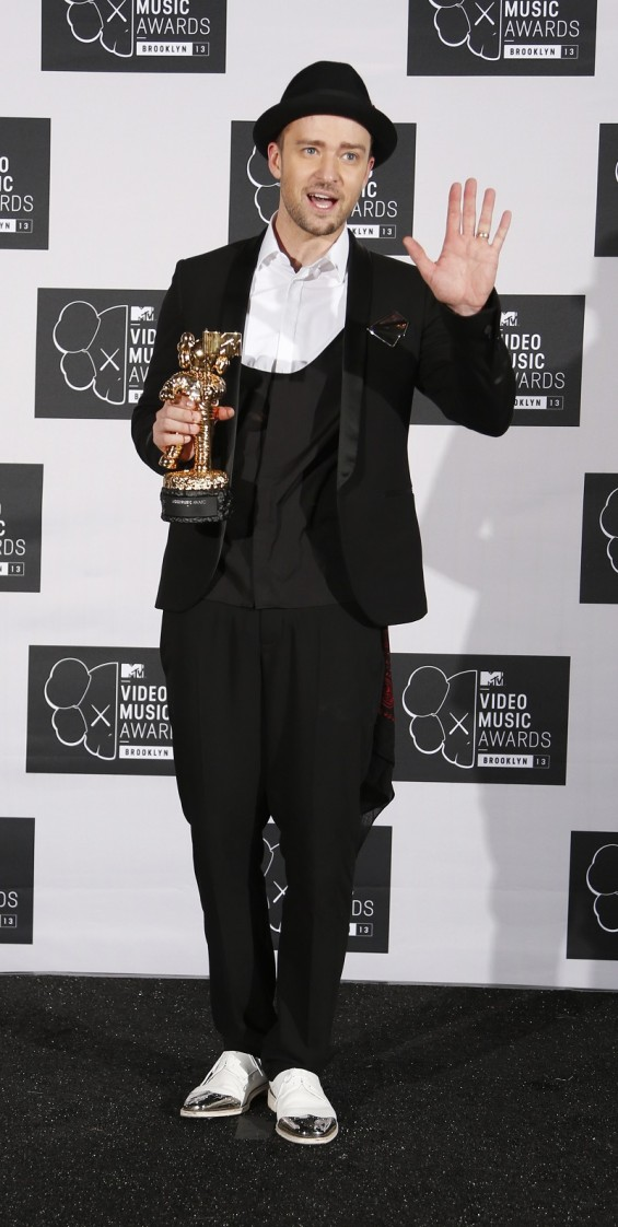 Justin Timberlake poses with his Michael Jackson Video Vanguard Award at the 2013 MTV Video Music Awards in New York August 25, 2013.