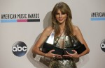 Taylor Swift with her awards at the 2013 American Music Awards