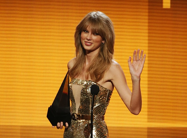 Taylor Swift accepting an award at the 2013 American Music Awards