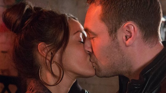 tina-and-rob-kiss-on-coronation-street