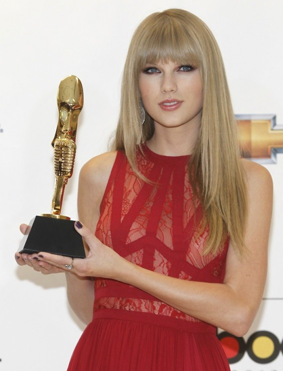 Taylor Swift holing Billboard Woman of the Year Award 2012