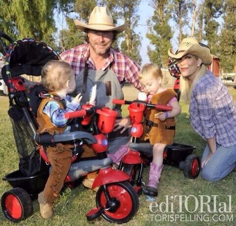 Dean McDermott and Tori SPelling with Hattie and Finn earlier in December, 2013