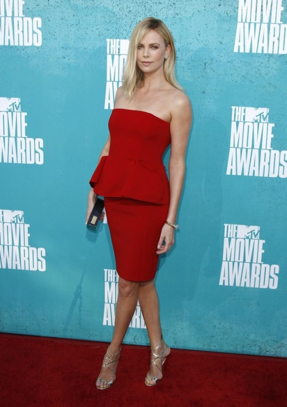 Actress Charlize Theron poses as she arrives at the 2012 MTV Movie Awards in Los Angeles, June 3, 2012.