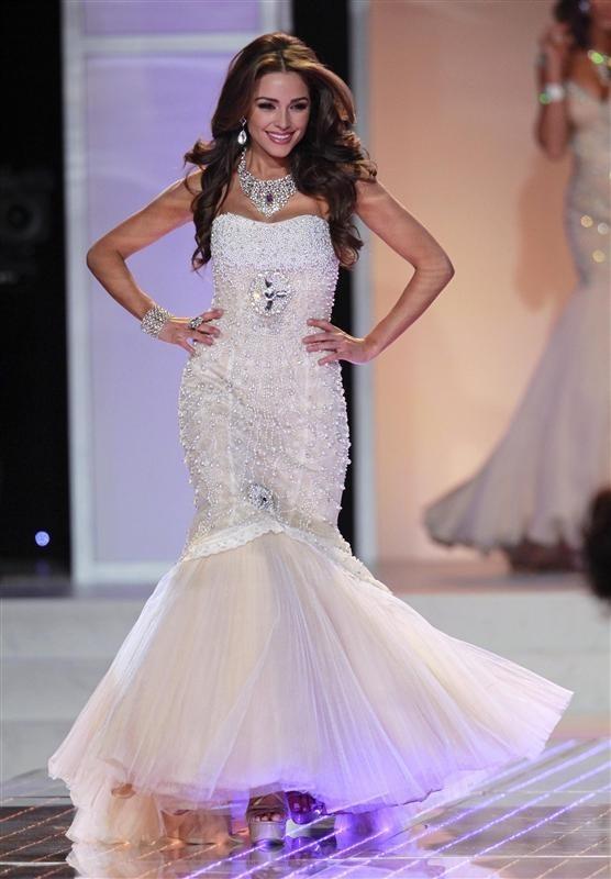 Olivia Culpo Opening Fashion Show