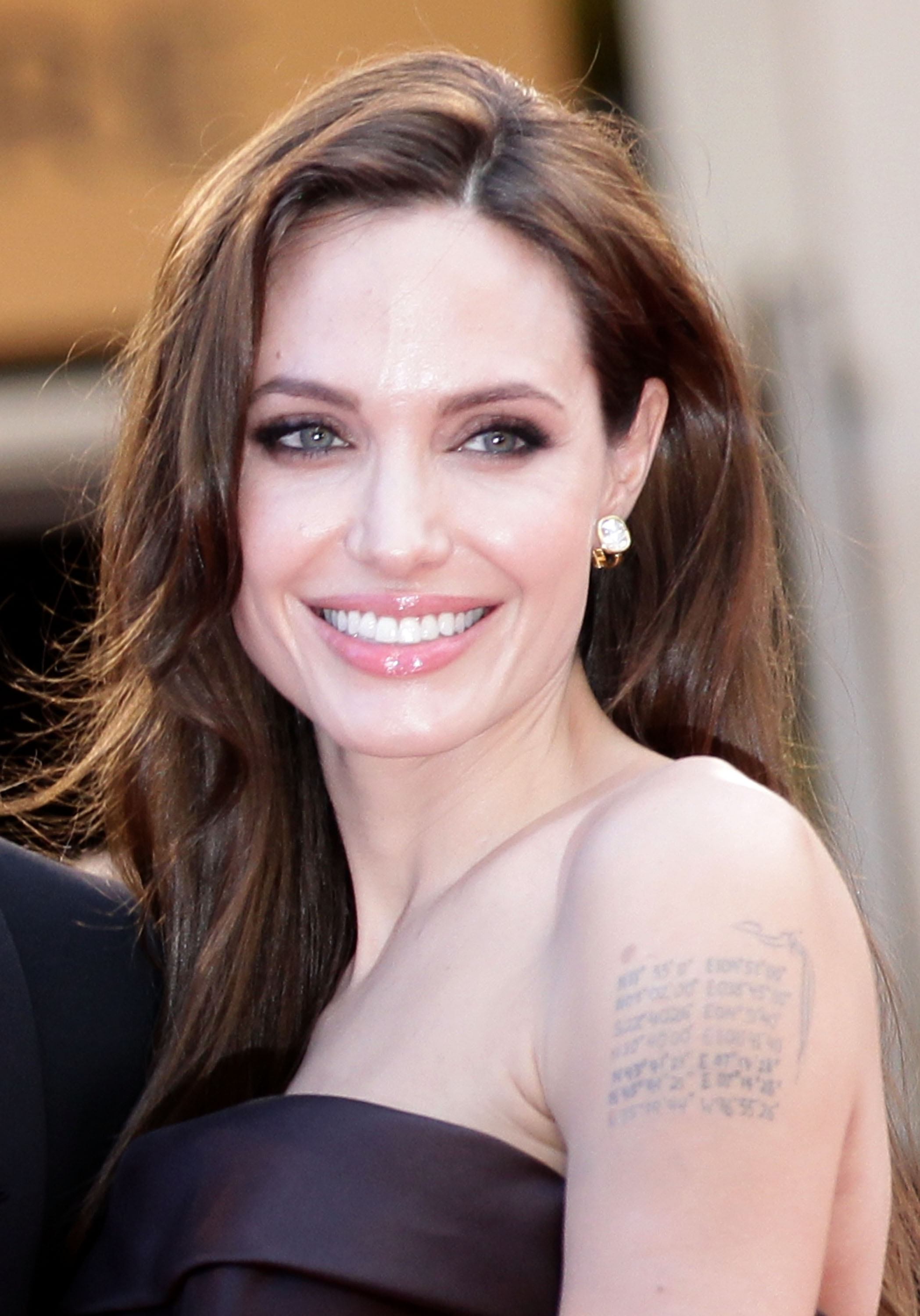 Angelina Jolie Surgery: Actress Writes Op-Ed About Ovary Removal ... Angelina Jolie