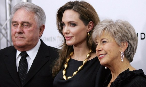 Angelina Jolie poses with her partner Brad Pitt&#039;s parents Bill and Jane