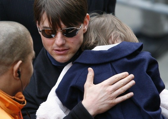 Actor Tom Cruise and his child Suri wait for his wife actress Katie Holmes to finish the 2007 New York City Marathon in New York November 4, 2007.