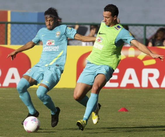 Brazil&#039;s soccer players Neymar and Leandro Damiao