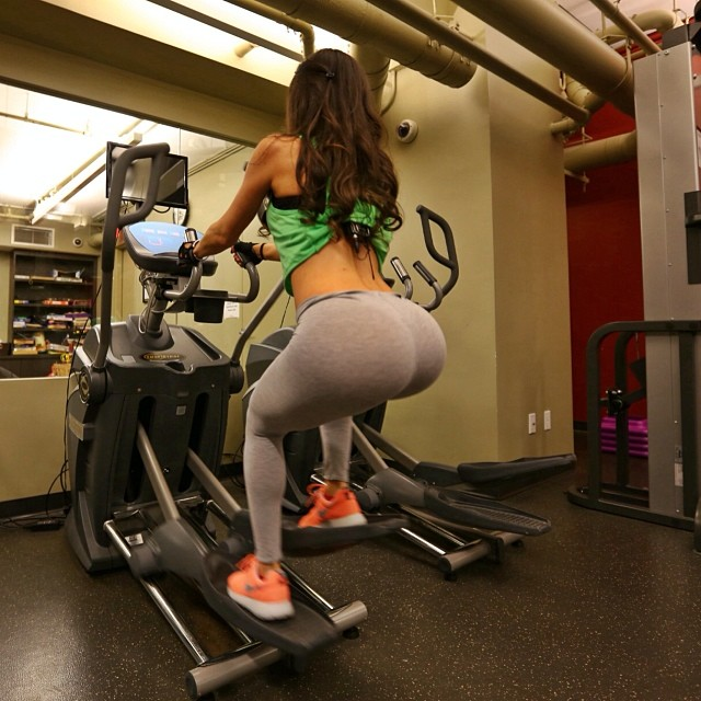 Jen selter photos starlet exposes her cleavage amp shapely posterior in