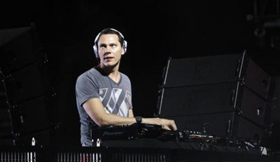 Musician &#034;Tiesto&#034; performs at the Coachella Music Festival in Indio, California April 17, 2010. REUTERS/Mario Anzuoni