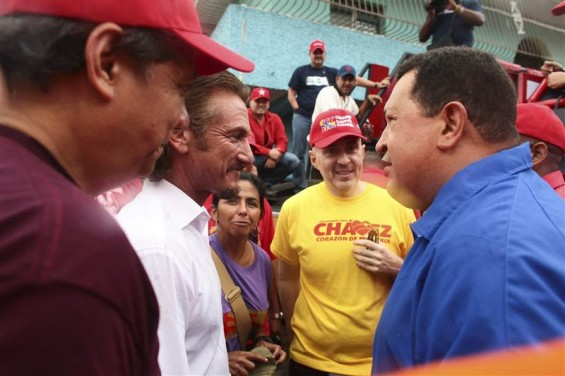 Venezuela&#039;s President Hugo Chavez (R) talks to U.S. actor Sean Penn during an election rally in Valencia, some 150 km (93 miles) west from Caracas August 5, 2012.