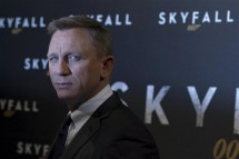 "Actor Daniel Craig poses for photographers during a photocall for the film ""Skyfall"" in Paris October 24, 2012."