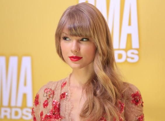 Singer Taylor Swift arrives at the 46th Country Music Association Awards in Nashville, Tennessee, November 1, 2012.
