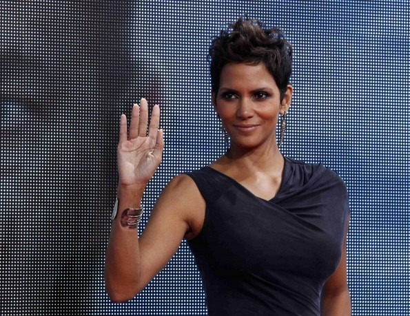 "Cast member Halle Berry poses on the red carpet for the premiere of ""Cloud Atlas"" in Berlin November 5, 2012. The movie opens in German cinemas on November 15."