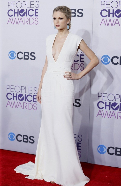Singer Taylor Swift poses as she arrives at the 2013 People's Choice Awards in Los Angeles, January 9, 2013.