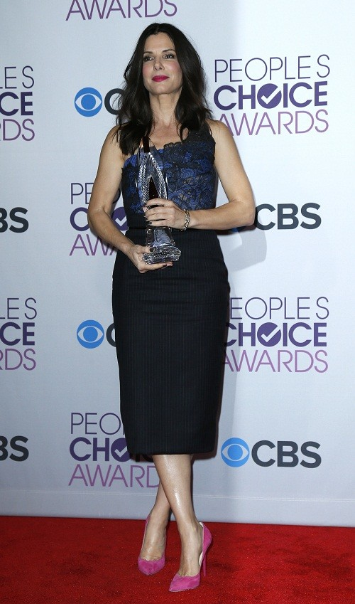 Actress Sandra Bullock poses backstage after being honored with the favorite humanitarian award at the 2013 People's Choice Awards in Los Angeles, January 9, 2013.