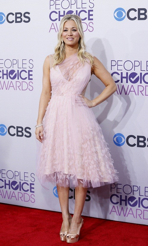 Actress and host for the show Kaley Cuoco poses as she arrives at the 2013 People's Choice Awards in Los Angeles, January 9, 2013.