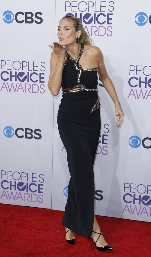 Model and television personality Heidi Klum blows a kiss as she arrives at the 2013 People's Choice Awards in Los Angeles, January 9, 2013.