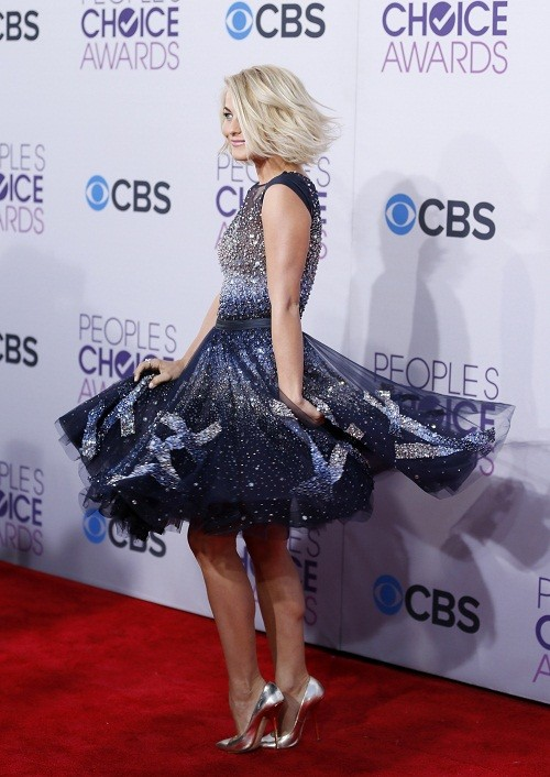 Actress Julianne Hough poses as she arrives at the 2013 People&#039;s Choice Awards in Los Angeles, January 9, 2013.