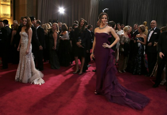 Actresses Kristen Stewart (L), wearing Reem Acra gown, Jimmy Choo shoes and Fred Leighton jewels, and Jennifer Garner (R), wearing custom Gucci and a Roger Vivier clutch, pose as they arrive at the 85