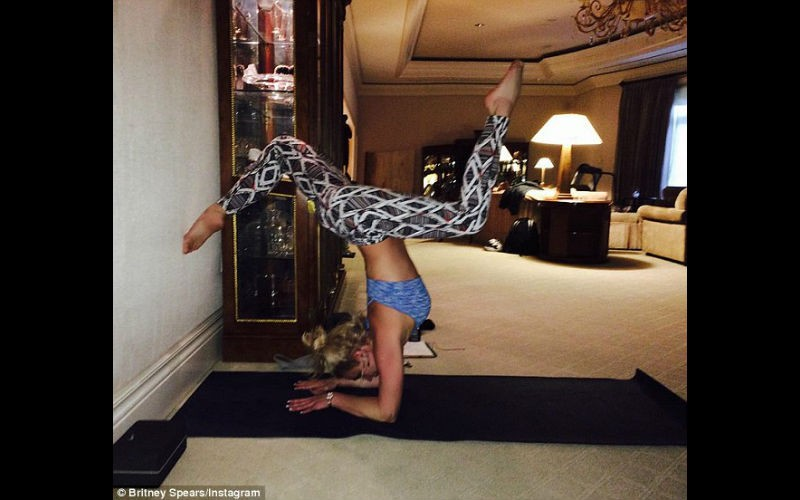 Britney Spears 2016: Pop Princess Sexy Yoga Poses On ... Britney Spears Instagram