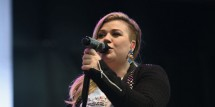 Kelly Clarkson Sings All Her Hits Including 'A Moment Like This' On 'Idol' Finale