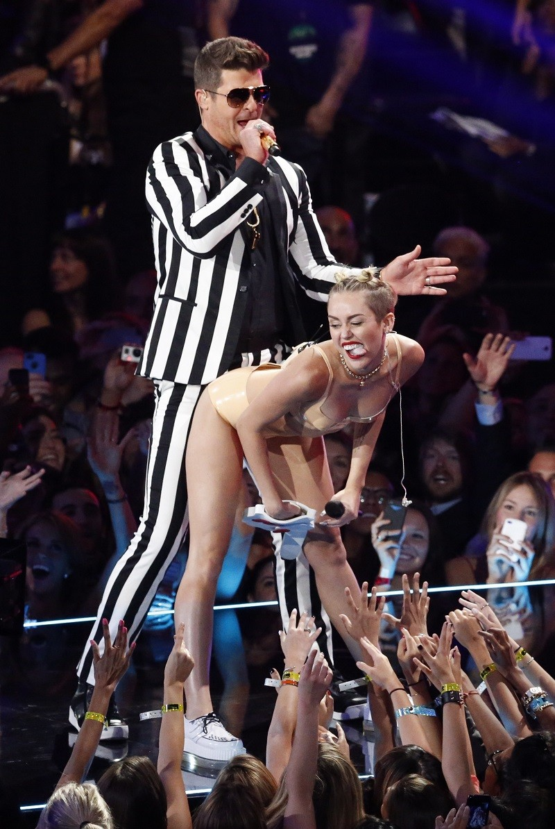 "Miley Cyrus and Robin Thicke perform ""Blurred Lines"" during the 2013 MTV Video Music Awards in New York August 25, 2013."