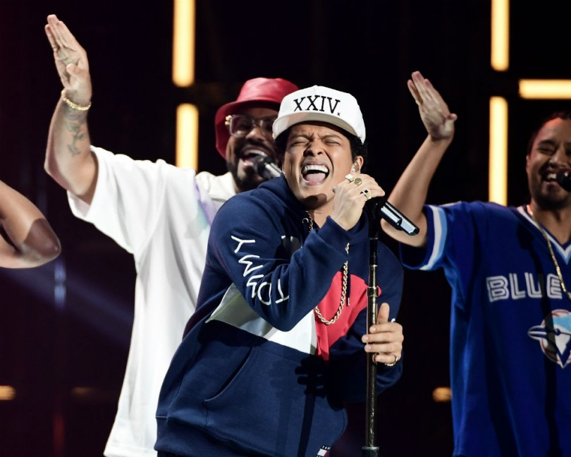 American Music Awards: Bruno Mars Opens the Show With