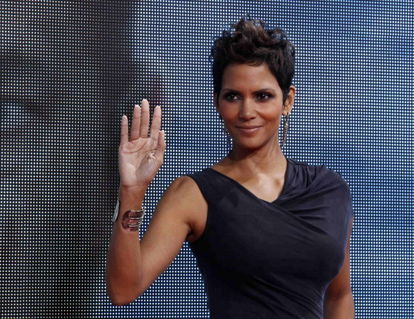 """Cast member Halle Berry poses on the red carpet for the premiere of """"Cloud Atlas"""" in Berlin November 5, 2012. The movie opens in German cinemas on November 15."""