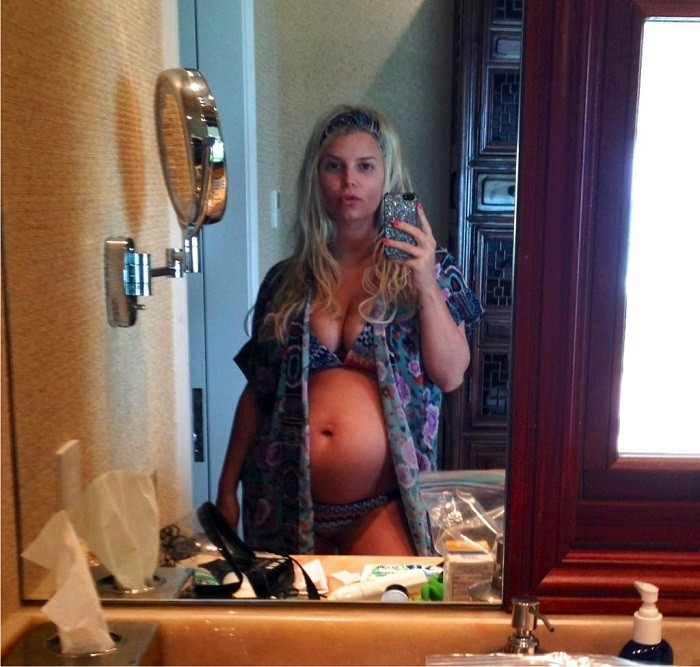 Jessica Simpson showing off her baby bump